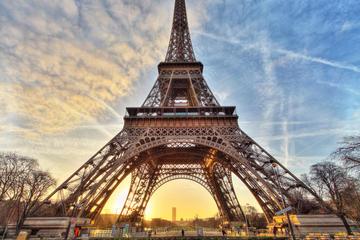 Entrada de acceso prioritario y anfitrión en la Torre Eiffel