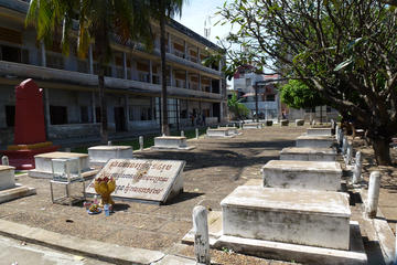 Half-Day Tuol Sleng Museum and Russian Market Tour in Phnom Penh