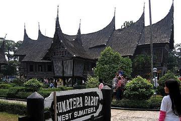 Private Tour: Taman Mini Indonesia Indah und Vogelpark ab Jakarta
