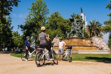 Excursão histórica de bicicleta elétrica privada em Santiago