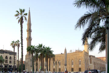 Private Guided Day Tour to the Giza Pyramids, Egyptian Museum, and Al-Hussein Mosque in Cairo