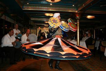 Cruzeiro com jantar no Rio Nilo no Cairo à noite