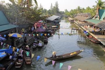 Private Tour to Thaka Floating Market