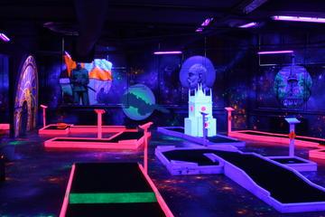 Minigolf und Spiele bei Schwarzlicht in Prag mit kostenlosen Getränken