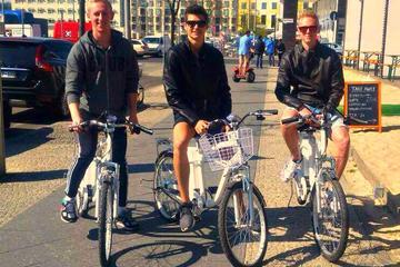 In einer kleinen Gruppe Fahrradtour durch Berlin mit Elektrofahrrädern