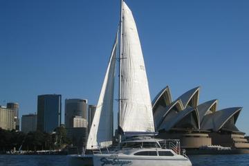 Iate luxuoso e catamarã fretado para cruzeiro no Porto de Sydney