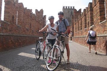 Recorrido en bicicleta por la tarde por la ciudad de Verona