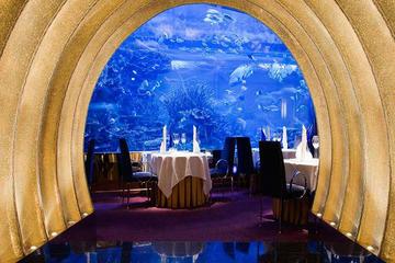 Cena gourmet en Al Mahara, en el hotel Burj Al-Arab de Dubái, con...