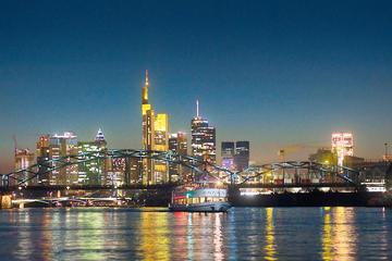 Abendliche Bootstour auf dem Fluss in Frankfurt