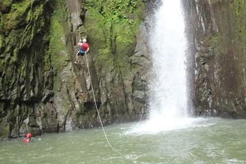 Excursión de aventura en rappel y traslado a Arenal desde San José