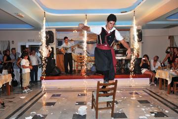 Jantar tradicional com show na taverna grega em Santorini
