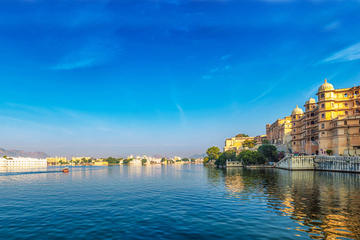 Udaipur Highlights 2-Day Tour by Car, Foot and Boat