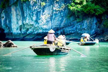 Ganztägiger Halong-Ausflug inklusive Fahrt im Bambusboot ab Hanoi