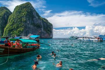 Excursão à ilha Phi Phi em barco a motor saindo de Krabi