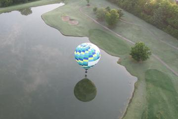 Passeio de balão de ar quente sobre o...