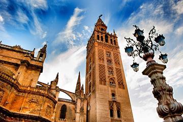 Recorrido turístico de un día por Sevilla con travesía en barco en el...