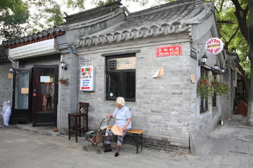 4-hour Hutong Neighborhood Nightlife Tour Plus Dinner and Bar Street
