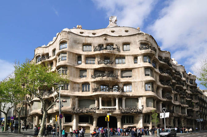 Barcelona and Artistic Gaudí: Full Day Guided Walking and Bus Sightseeing Tour