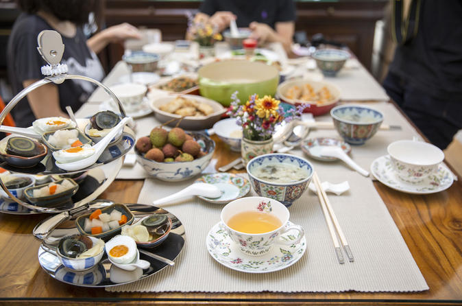Cantonese lunch and market tour in Causeway Bay