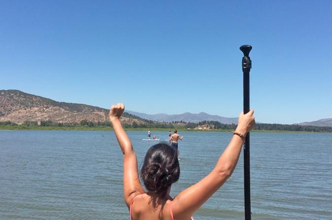 Aula de stand up paddle saindo de Santiago