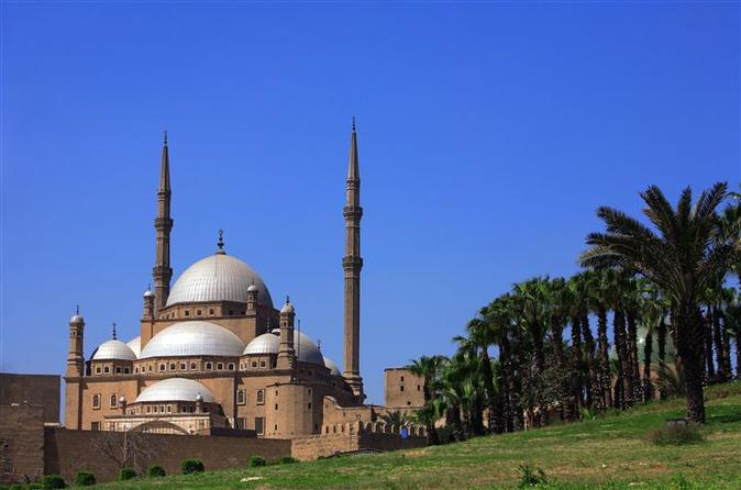 Private Layover Day Tour of Giza Pyramids, Cairo, Egyptian Museum and Bazaar from Cairo Airport