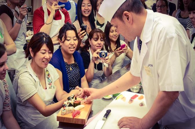Visita ao Mercado Tsukiji, aula de como fazer sushi e excursão à Asakusa