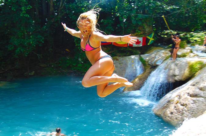 Viagem diurna pelo Buraco Azul e pelas Cachoeiras Secretas, além de compras na Baía de Montego e em Grand Palladium