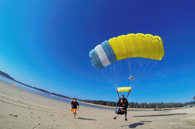 Coffs harbour 6 000ft 12 000ft or 15000ft tandem skydive on the beach in coffs harbour 248687