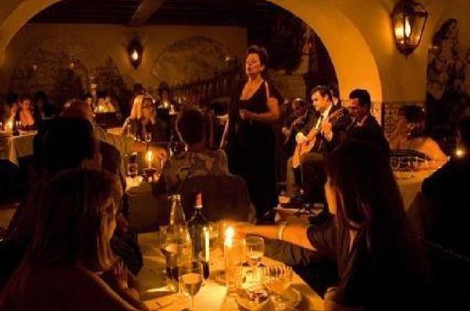 Jantar com show de fado em Lisboa e excursão noturna panorâmica