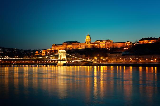 Cruzeiro turístico noturno em Budapeste
