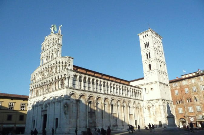 Walking tour and exploration of lucca in lucca 233306