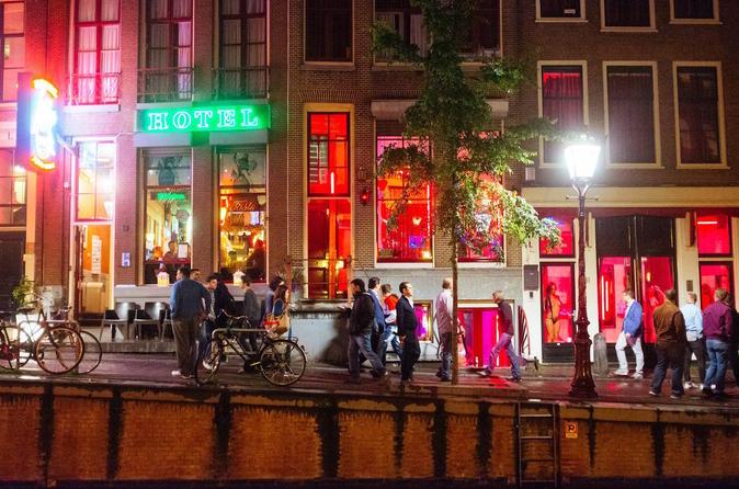 Excursão a pé noturna pelo Distrito da Luz Vermelha em Amsterdã com um guia local
