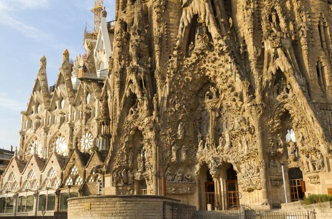Barcelona supereconômica: Excursão à La Sagrada com acesso evite as filas e excursão artística por Barcelona