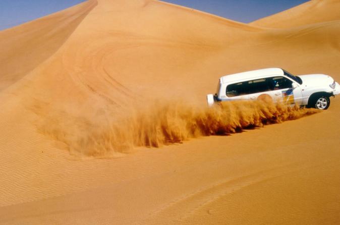 Safári no Deserto de Abu Dhabi 4x4 com Passeio de Camelo, Jantar e Apresentação de Dança do Ventre