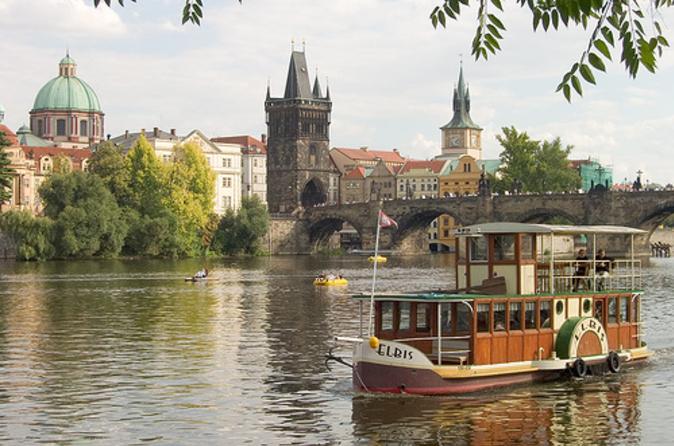 Cruzeiro com chá da tarde pelo Rio Vltava em Praga