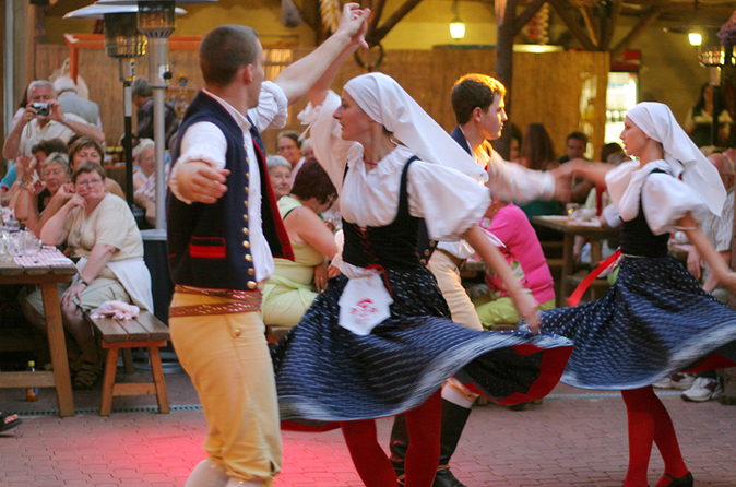 Jantar e entretenimento na festa folclórica de Praga