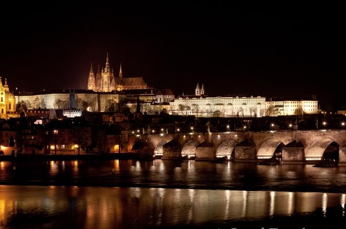 Cruzeiro com jantar de luxo pelo Rio Moldava em Praga