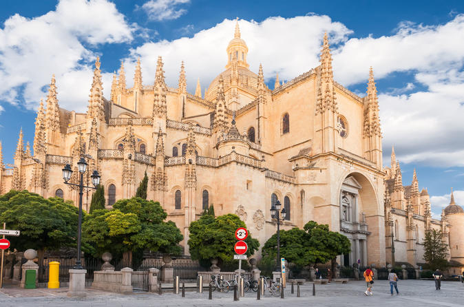 Super Saver: Toledo and Segovia Plus Madrid Walking City tour