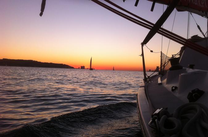 Excursão de barco particular ao pôr do sol em Lisboa com vinho espumante