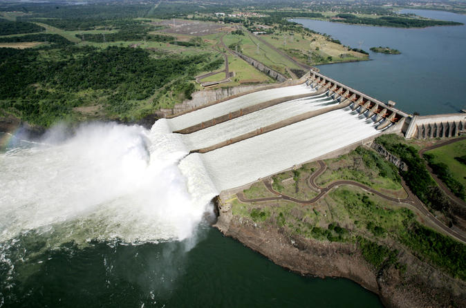A Hidrelétrica de Itaipu com passeio de catamarã