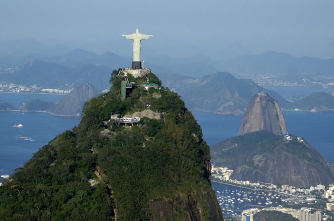 Rio de Janeiro Supereconômico: cruzeiro na Baía de Guanabara com almoço com churrasco e o Cristo Redentor com a Escadaria de Selarón e o Pão de Açúcar