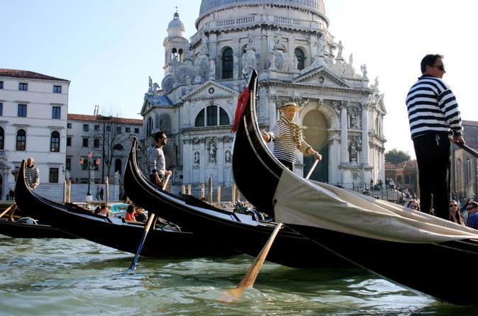 Excursão particular: Passeio de gôndola por Veneza com serenata