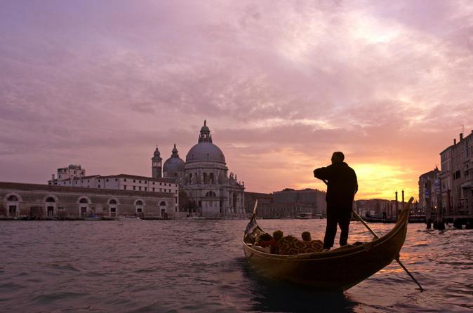 Serenata e passeio de gôndola por Veneza com jantar