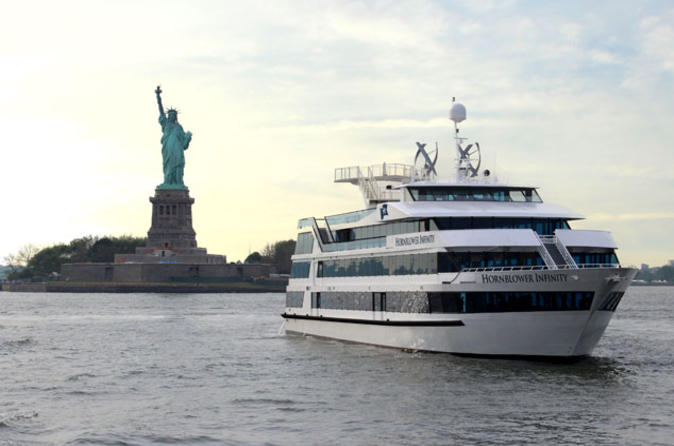 Dinercruise New York City Lights met optionele upgrade voor een tafel aan het raam