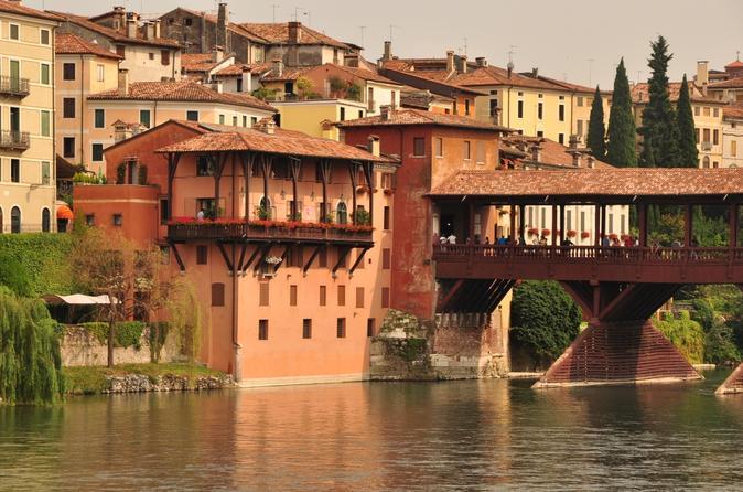 Excursão diurna para grupos pequenos para Bassano del Grappa e Asolo, saindo de Veneza: cidades medievais na colina, vinho e vila paladina