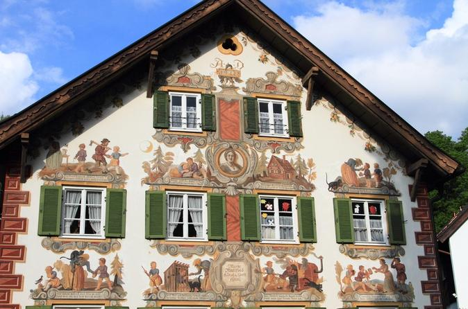Royal Castle of Linderhof and Oberammergau Day Tour from Munich