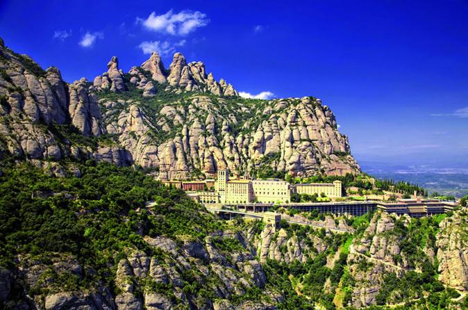 Excursão terrestre em Barcelona: Excursão privada de um dia a Montserrat e à Trilha do Cava (Cava Trail) a partir de Barcelona