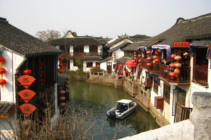 Private Shanghai Layover Tour to Xinchang Ancient Town with Lunch and Boat Ride