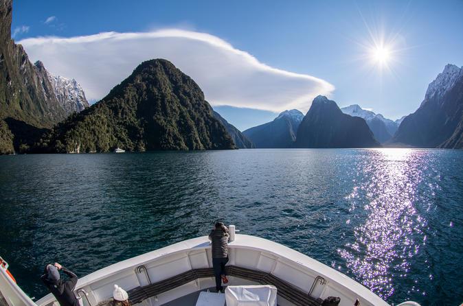 Excursão de dia inteiro em Milford Sound e Parque Nacional de Fiordland incluindo cruzeiro em Milford Sound e almoço com churrasco partindo de Queenstown