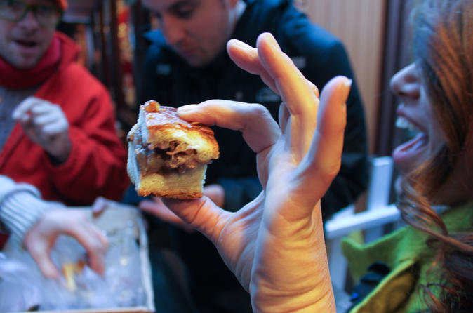 Tastes of Chicago Walking Tour: Chicago-Style Pizza, Beer, Brownies and Italian Beef
